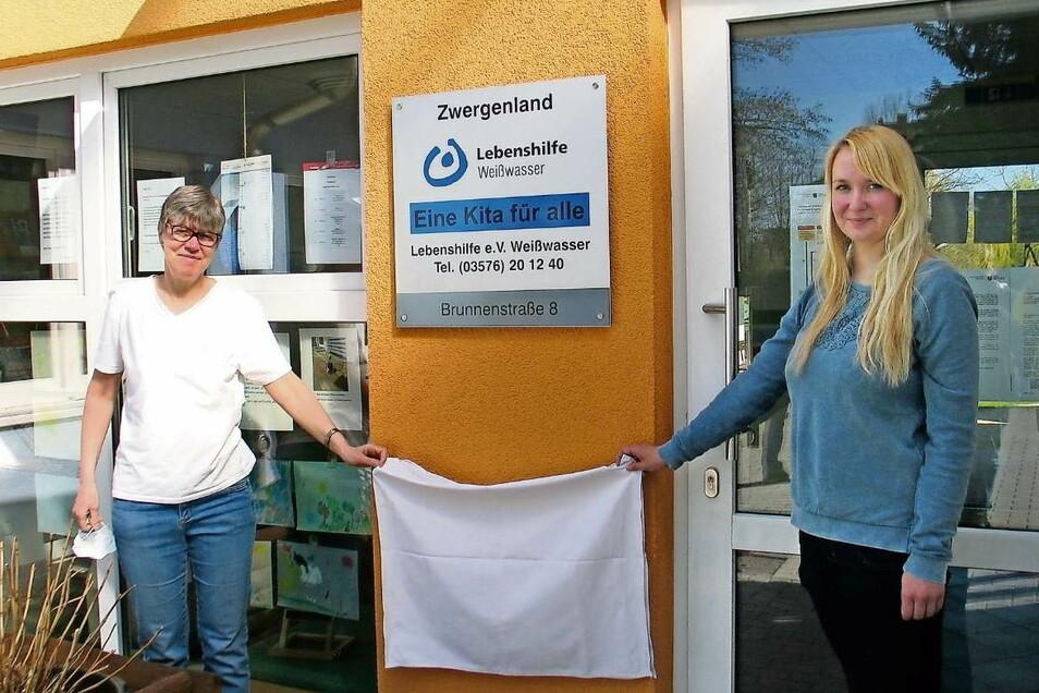 Die Kita Zwergenland des Lebenshilfe-Vereins Weißwasser ist nun eine Kita für alle. Leiterin Kathrin Thöns und Susanne Kotte vom Elternrat enthüllten jetzt die Tafel.
