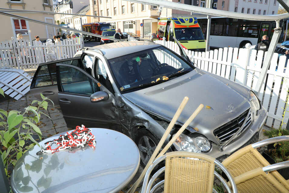 Der Mercedes war tatsächlich in den Freisitz am Eiscafé geschleudert worden.