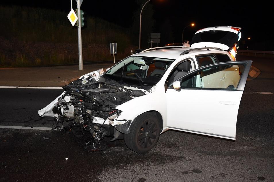 Bei einem Unfall auf der B169 in Döbeln entstand an einem VW Totalschaden. Er musste abgeschleppt werden.