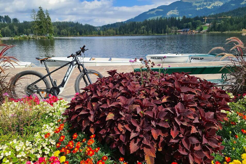 Beine lang, Cappuccino bestellen und die Aussicht genießen: Der Schwarzsee nahe Kitzbühel lädt zur Rast ein.