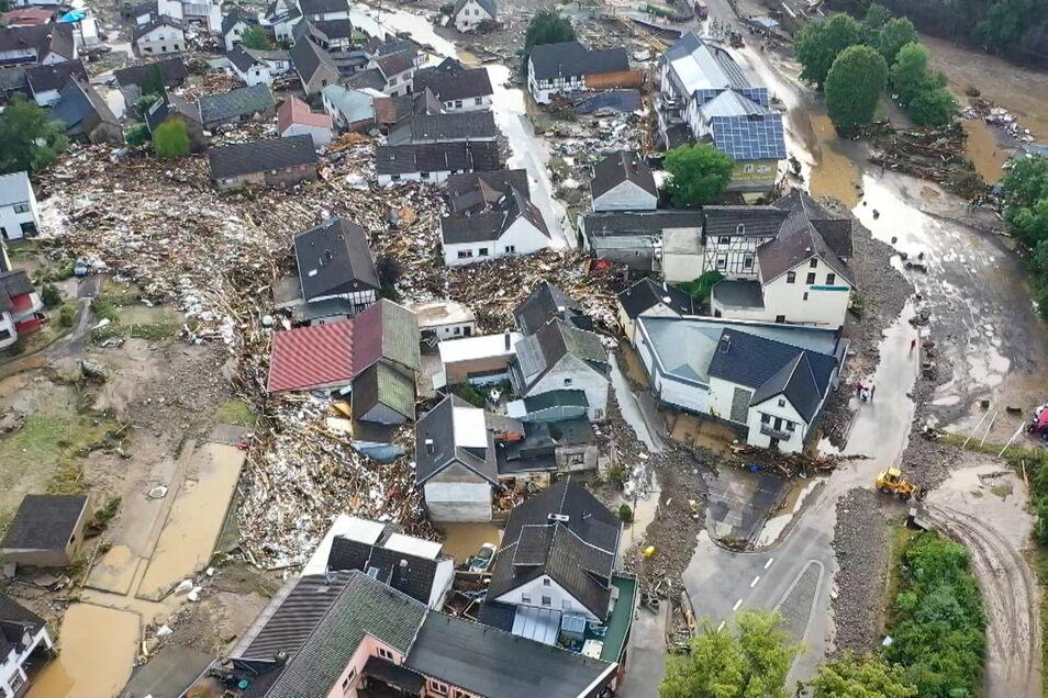 Rheinland-Pfalz, Schuld: Die mit einer Drohne gefertigte Aufnahme zeigt die Verwüstungen die das Hochwasser der Ahr in dem Eifel-Ort angerichtet hat.