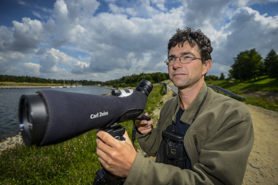 Vogelexperte Markus Ritz beobachtet regelmäßig Vögel am Berzdorfer See.