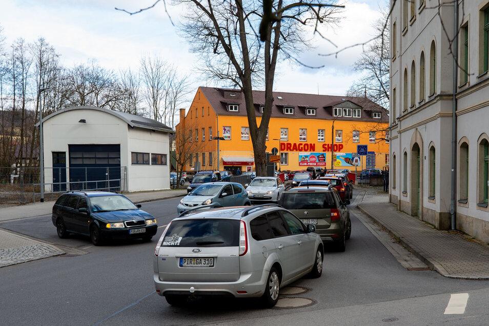 Stau. So viel Verkehr gab es am Grenzübergang von Sebnitz nach Dolni Poustevna seit Jahren nicht.