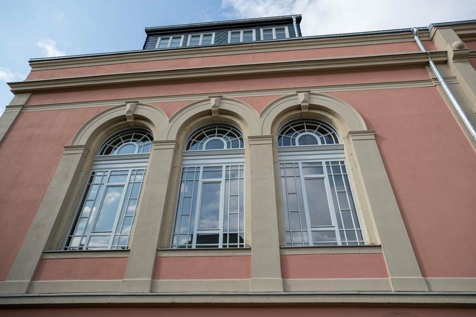 Die Saalfenster wurden nachgebaut und erhielten statt des Buntglases normale Scheiben. Die erhalten gebliebenen originalen Fenster wurden gesichert.