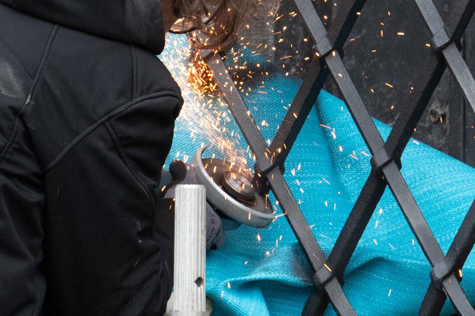 Mitarbeiter einer Restaurierungsfirma arbeiten an dem durchtrennten Gitterfenster des Grünen Gewölbes und setzen es instand. Bleibt nur die Hoffnung, das zuvor ausreichend Materialanalysen mit neuestem Wissen  gemacht wurden.