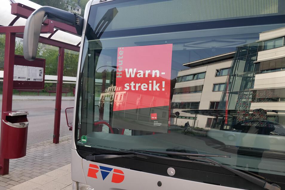Weit und breit kein Busfahrer. Aber wenigstens ein Plakat informiert, warum sich am Mittwoch am Busbahnhof Glashütte kein Rad drehte.