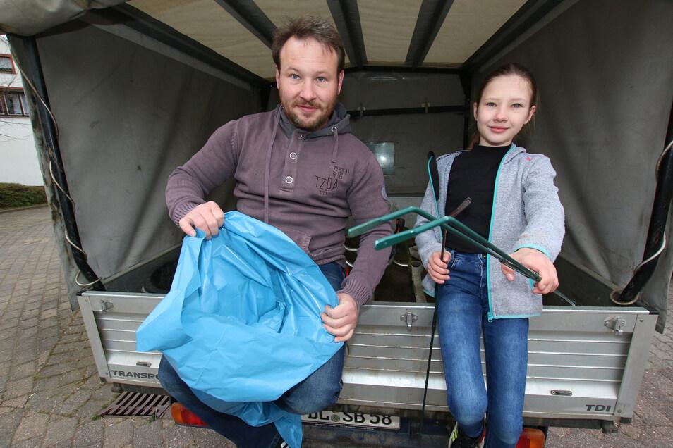 Jens Teuchert und seine Tochter Josephine nehmen zum ersten Mal am Ostrauer Frühjahrsputz teil.