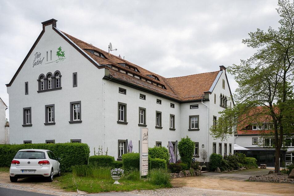 """Direkt auf der anderen Straßenseite der Ludwigsdorfer Neißetalstraße betreibt Familie Ledwon das Hotel """"Dein Gutshof"""" im früheren Gutshof Hedicke."""
