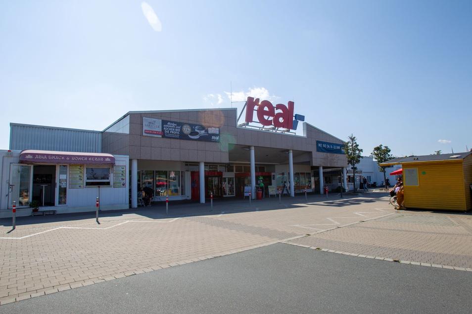 Noch läuft der Einkaufsmarkt in Bannewitz unter dem Dach von Real. Das Unternehmen ist aber längst nicht mehr Eigentümer.