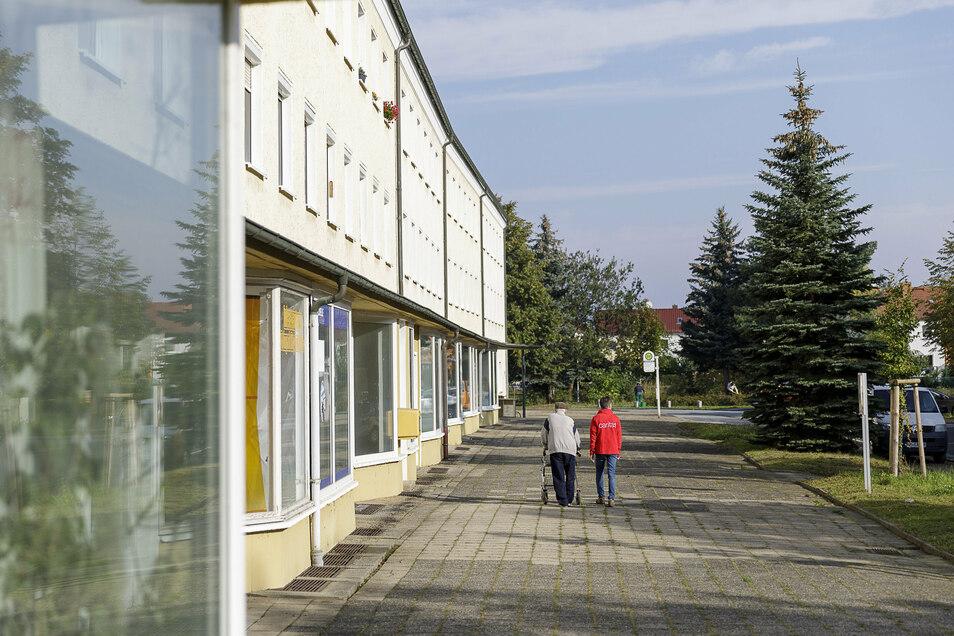 Die Ladenzeile in Hagenwerder auf der Karl-Marx-Straße. Nahezu jeder Laden ist verlassen.