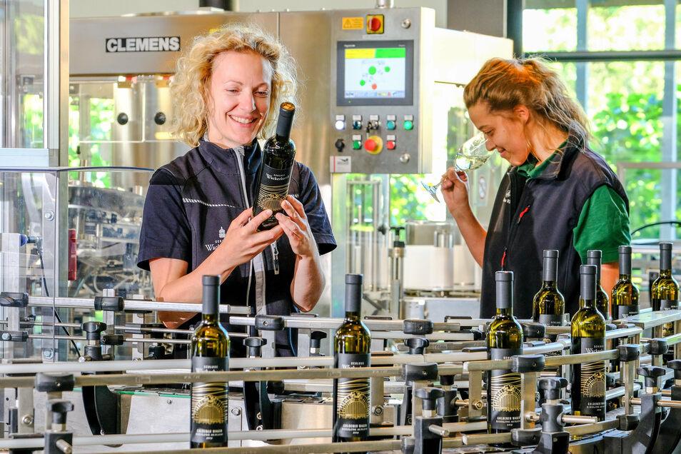 Hier wird Riesling Auslese - das Beste vom Besten - bei Wackerbarth abgefüllt und von Kellermeisterin Christiane Spieler (links) und Küferin Anna Eichhorn geprüft.