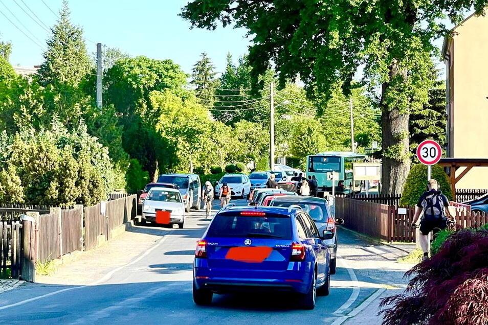 An heißen Tagen wird in Birkwitz wild geparkt.