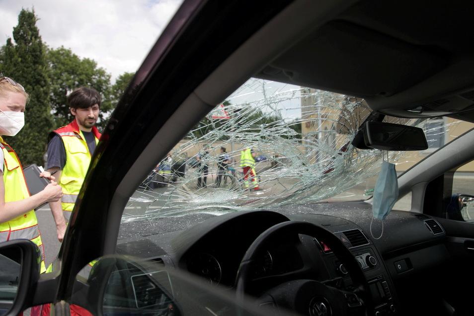Ein Radfahrer wurde beim Zusammenprall mit dem Auto schwer verletzt.