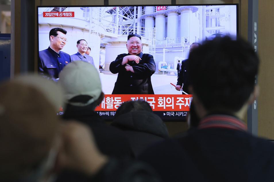 Menschen im Bahnhof von Seoul (Südkorea) sehen während einer Nachrichtensendung einen Beitrag zum nordkoreanischen Machthaber Kim Jong Un. Rund drei Wochen war dieser von der Bildfläche verschwunden.