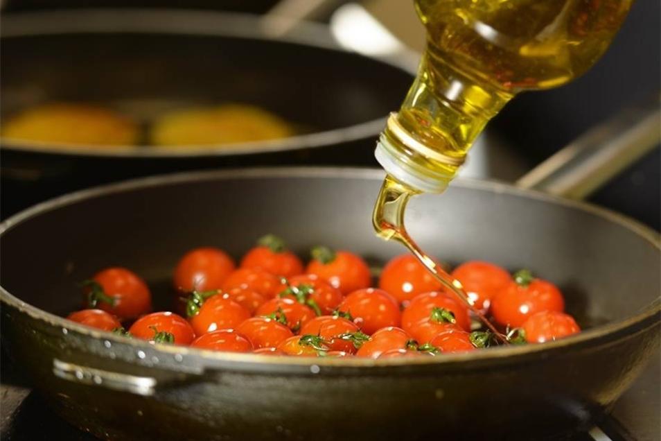 Mit dem Öl nicht sparsam sein: Beim Konfieren werden diese Minitomaten in der warmen Fettigkeit schonend gegart. Gleich liegen sie neben einem Kartoffelrösti.
