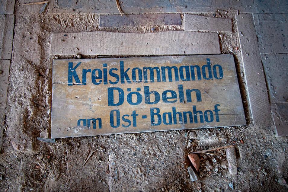"""Ein Überbleibsel von der damaligen Kaserne: Ein Schild mit der Aufschrift """"Kreiskommando Döbeln am Ost-Bahnhof""""."""