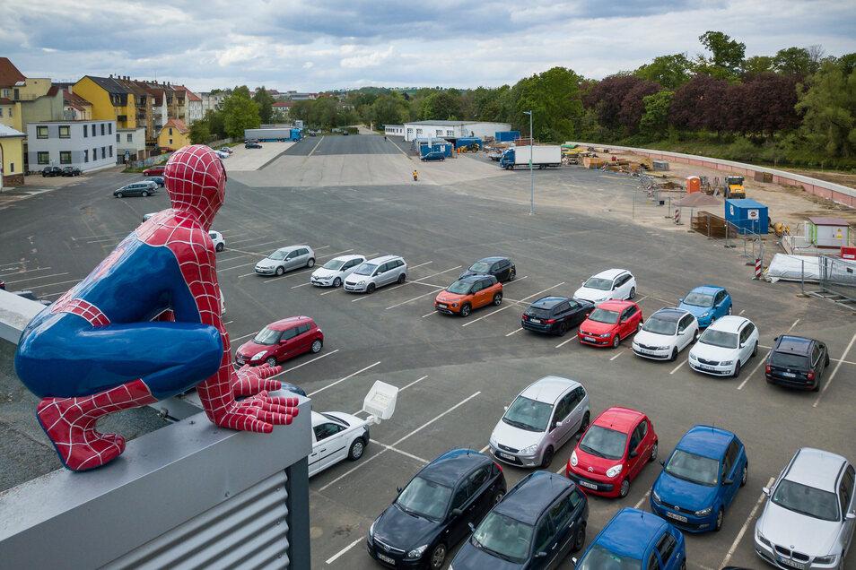 Spyder-Man schaut vom Cinema auf den Steigerhausplatz, wo Ende Mai das erste Autokino Döbelns aufgebaut werden soll.