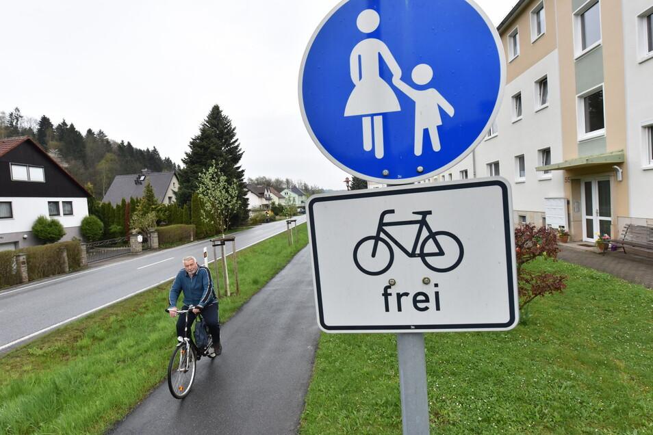 Nur in einigen Orten, wie hier im Glashütter Ortsteil Schlottwitz, gibt es einen Radweg entlang der Müglitz.