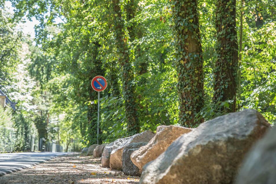 Am langen Haag verhindern Steine das Parken am Straßenrand vor dem Waldfriedhof. Die Stadt Niesky ließ die Steine anfahren, da das Parkverbot immer wieder ignoriert wird.