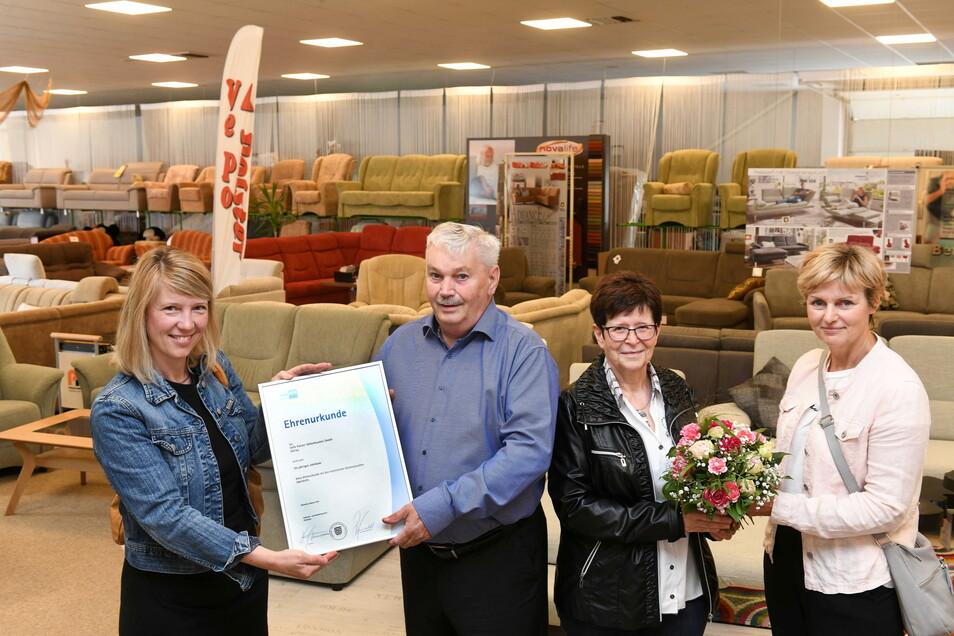 Klaus Vester, Inhaber der Vepo-Polster Möbelhandelsgesellschaft mbH in Ostrau, bekam jetzt von der IHK eine Ehrenurkunde.