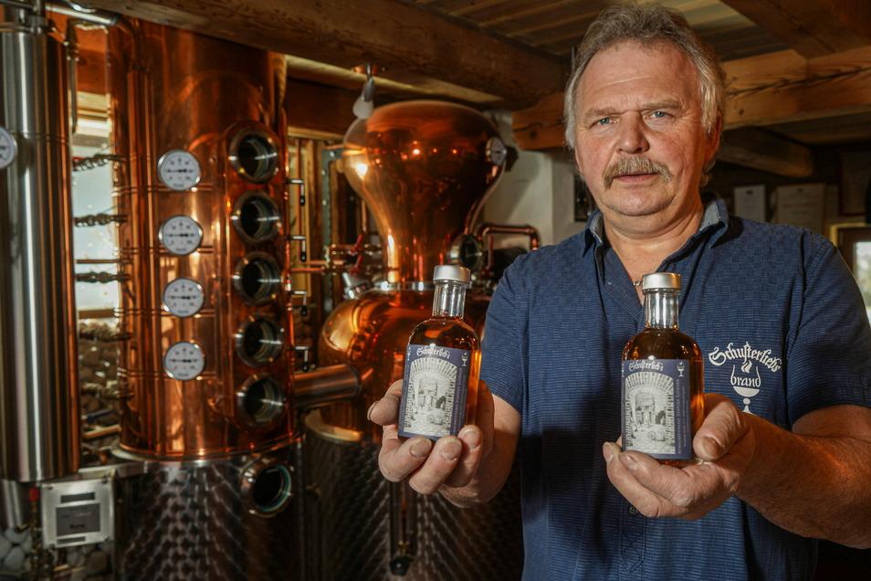 Steffen Lindner hat nach acht Jahren Lagerung den ersten Weinbrand der Schusterlieb's-Brennerei aus Neukirch abgefüllt.