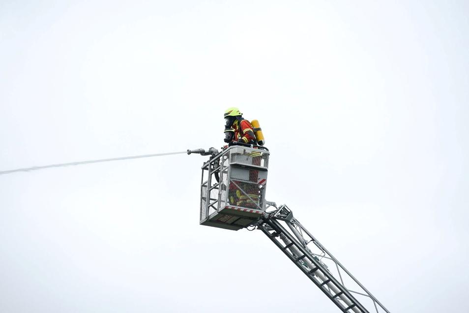 Mit zwei Drehleiterfahrzeugen aus Meißen und Riesa war die Feuerwehr beim Brand in Stösitz um Einsatz.