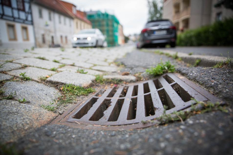 Unebenes Pflaster und Fahrbahnabsenkungen: Im unteren Teil ist die Stolpener Straße in einem sehr schlechten Zustand. Anwohner wollen eine schnelle Sanierung.