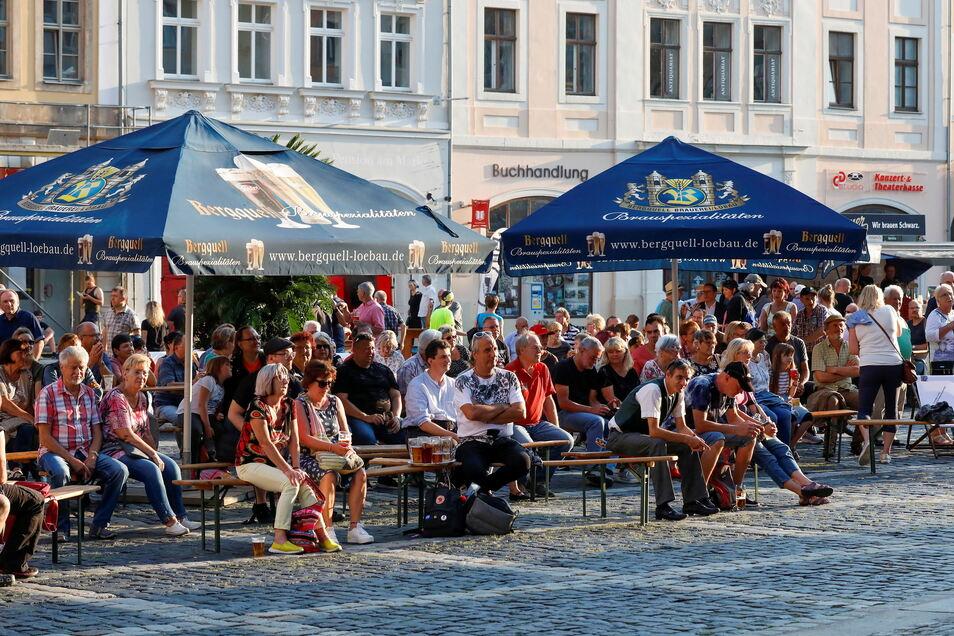 """Die Menschen genießen wieder die Stimmung in der Außengastronomie, wie hier als Symbolbild beim """"Sommer in der Stadt"""" in Zittau."""