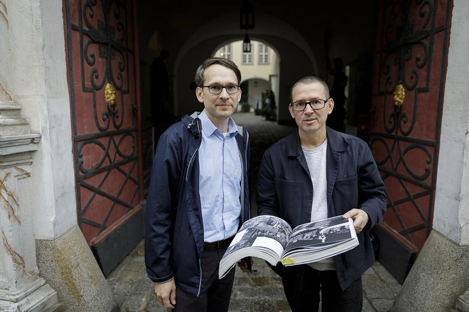 """Kai Wenzel (links) vom Städtischen Museum Görlitz und sein Bruder, der Leipziger Verleger Jan Wenzel. Am Montag stellten sie das Buch vor: """"Das Jahr 1990 freilegen""""."""