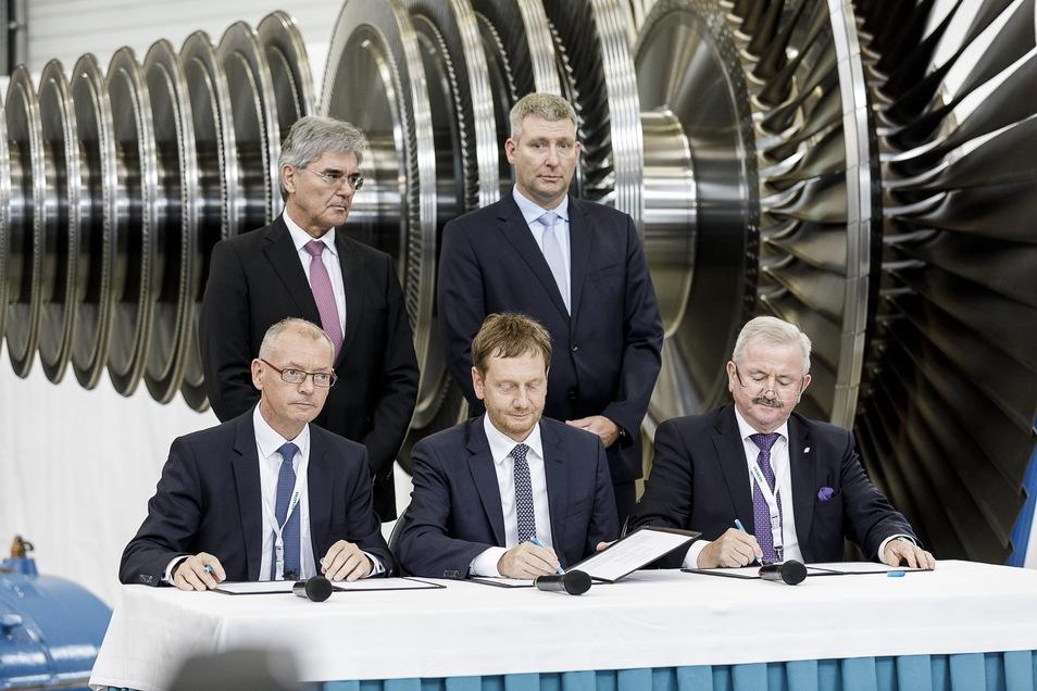 Da war die Stimmung noch gut im Görlitzer Siemenswerk: Am 15. Juli 2019 unterzeichnete auch Sachsens Ministerpräsident Michael Kretschmer im Beisein von Siemens-Chef Joe Kaeser den Zukunftspakt.