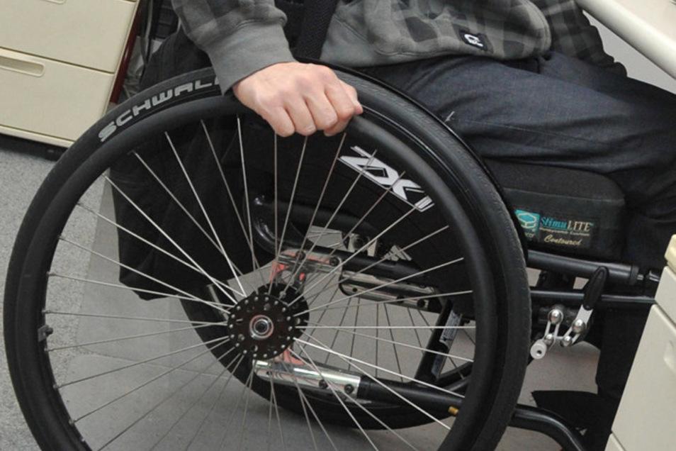 Ein Mann im Rollstuhl wurde offenbar aus ausländer- und behindertenfeindlichen Motiven heraus angegriffen.