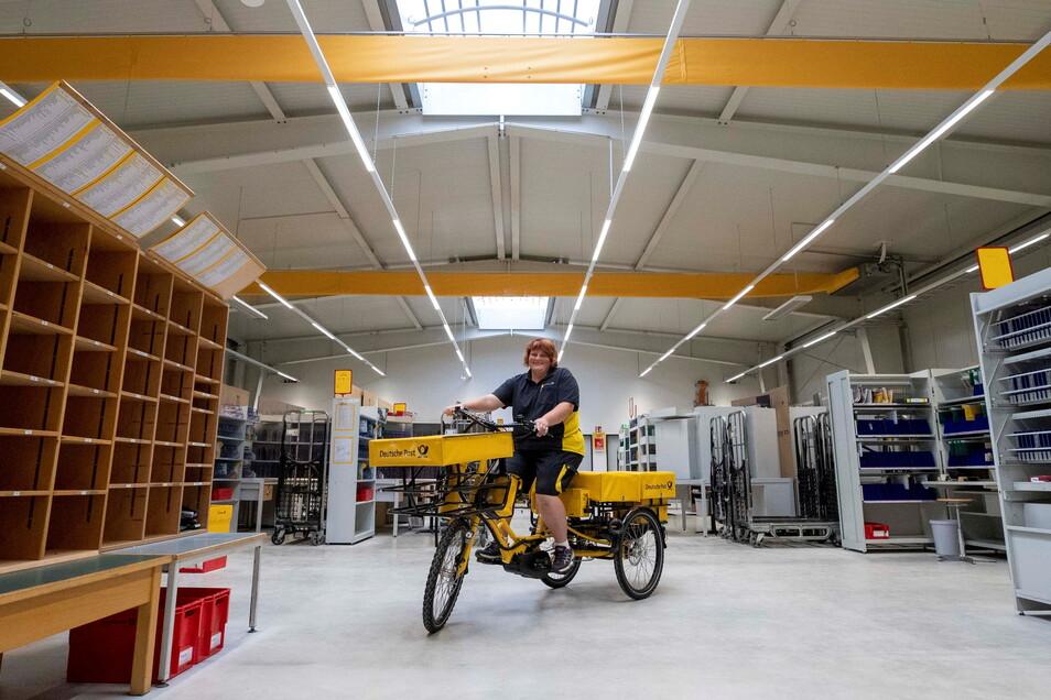 Standortleiterin Janette Kleiner auf einem E-Trike im neuen Pirnaer Post-Zustellstützpunkt: Alles ist jetzt geräumiger und barrierefrei.