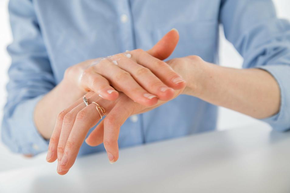 Nicht zu oft cremen: Zu viel Pflege und Reinigung kann dem natürlichen Säureschutzmantel der Haut schaden.