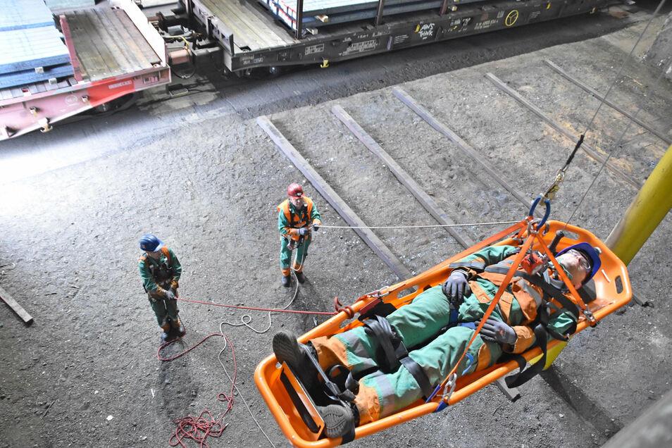 So kann die Rettung eines Mitarbeiters im Stahlwerk aussehen, wenn ihm an schwer zugänglicher Stelle etwas zustößt.