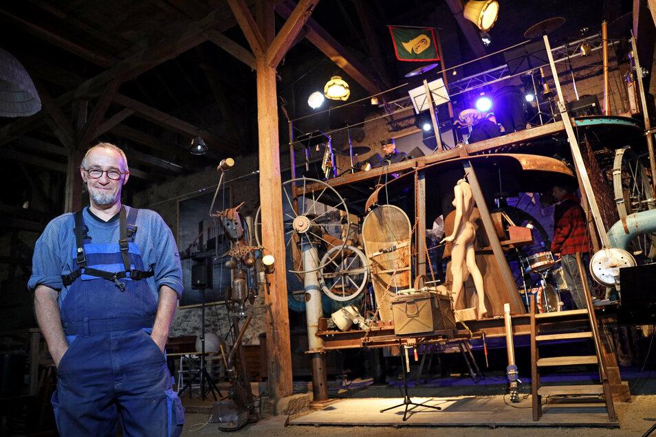 Konstrukteur und Erbauer Stefan Albrecht hat seine Jazzmaschine in der Kulturscheune des Wohnkulturguts Gostewitz fertig installiert.