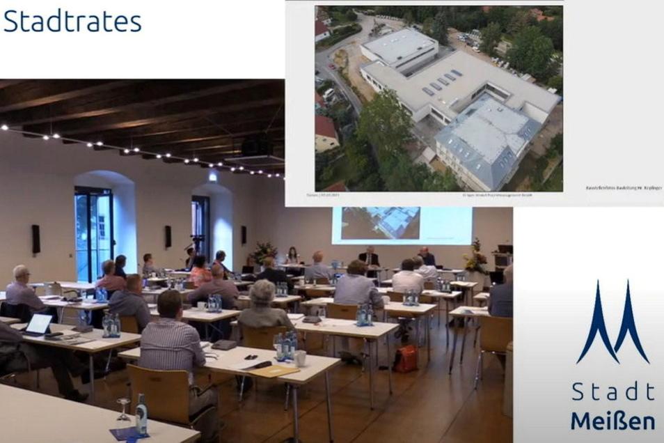 """Anhand von Drohnenfotos zeigte Projektmanager Martin Trepte den Stadträten, wie die Grundschule auf dem Questenberg """"gewachsen"""" ist."""