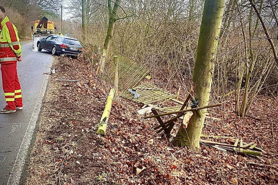 Bei Struppen krachte ein Mercedes gegen einen Telefonmast, schrammte dann einen Baum entlang und durchbrach einen Zaun.