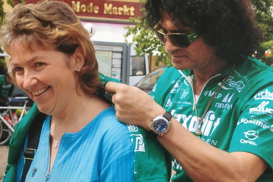 """SZ-Redakteurin Kathrin Krüger bekam im August 2006 ein Autogramm von Sänger Costa Cordalis in Großenhain auf dem Hauptmarkt. Als Radler nahm der 2019 verstorbene Künstler an der """"Tour der Hoffnung"""" teil und sang auf dem Hauptmarkt ein eigenes einfühlsames"""