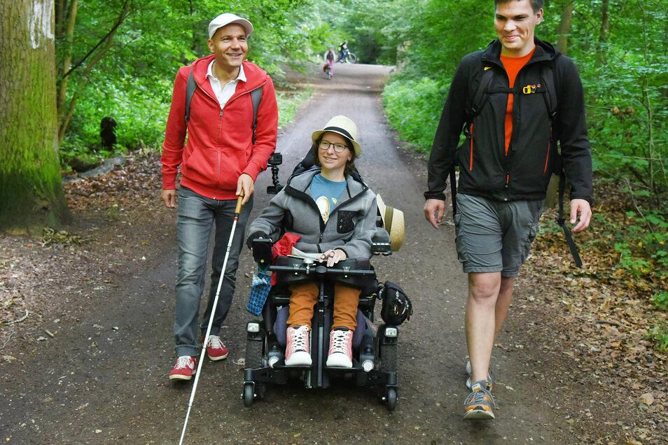 Im Auenwald beginnen Katharina Kohnen und Physiotherapeut Andre Neutag (r) eine viertägige Wanderung von Leipzig nach Dresden. Benny Tröllmich (l), Berater vom Verein «Leben mit Handicap», der selbst blind ist, begleitet sie die ersten zwölf Kilomete