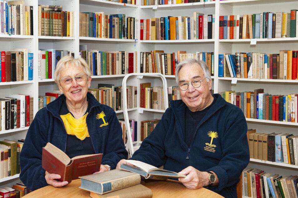 Christine und Gerd Werner haben mit viel Fleiß und Liebe alle Bücher und Tonträger fein säuberlich sortiert und die Räume urgemütlich eingerichtet.