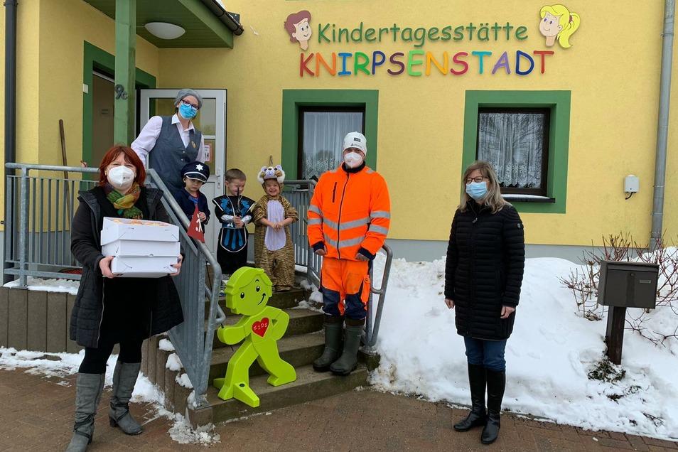 Oberbürgermeisterin Kerstin Körner (li.) und Landtagsvizepräsidentin Andrea Dombois (re.) brachten hier in der Kita Hennersdorf eine Warnfigur, einen sogenannten Streetbuddy, vorbei.