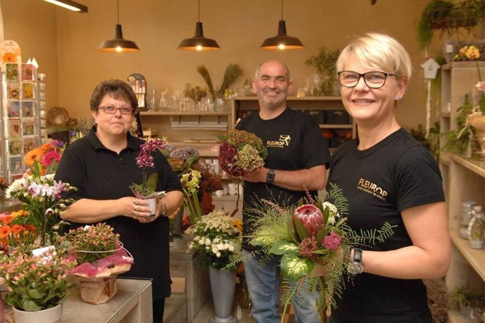 ... und auch Thomas Berndt kann mit seinen Mitarbeiterinnen Antje Hamann (links) und Manja Komfort im Bahnhof seiner Kundschaft nun einen fantastischen Blumenladen bieten.