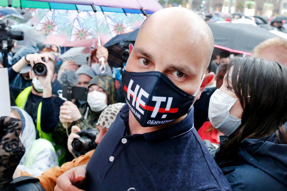 Der prominente russische Oppositionspolitiker Andrej Piwowarow ist bei der Ausreise nach Polen an Bord eines Flugzeugs festgenommen worden.