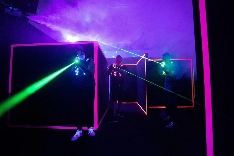 Im Labyrinth: Trennwände mit leuchtenden Kanten teilen das Spielfeld ein. Acht bis zwölf Personen sind die ideale Besetzung.
