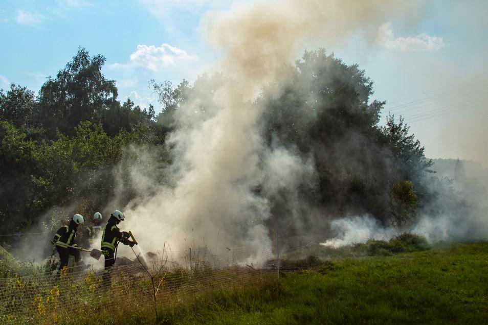 Am Sonntagabend musste die Feuerwehr nach Putzkau ausrücken, weil ein Holzstapel und ein Heuhaufen in Flammen standen.