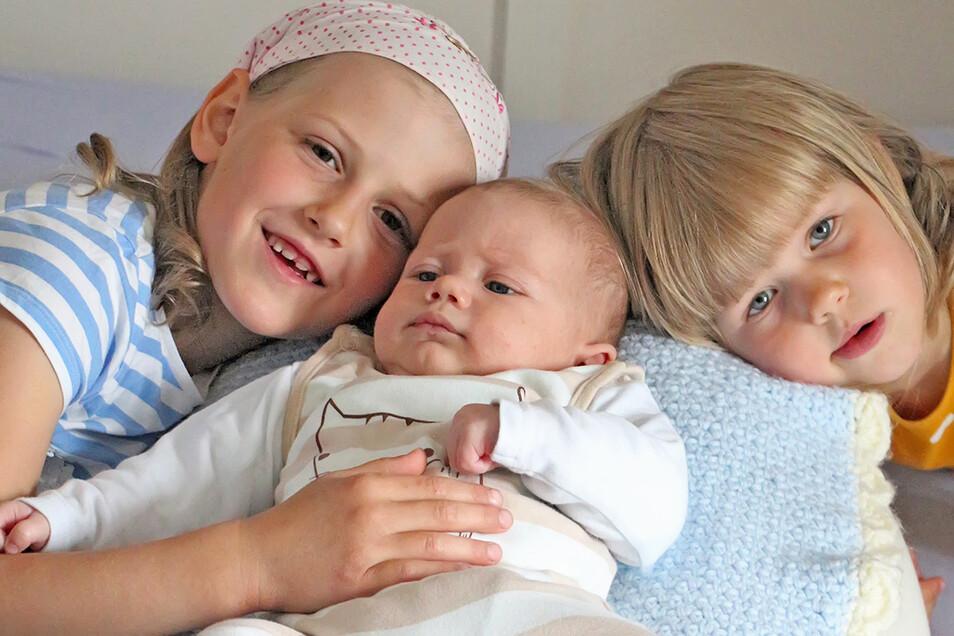 Jaro mit seinen Schwestern Mara und Ella, geboren am 11. April, Geburtsort: Diakonissenkrankenhaus Dresden, Gewicht: 4.300 Gramm, Größe: 57 Zentimeter, Eltern: Linda und Andreas Piesker, Wohnort: Dresden