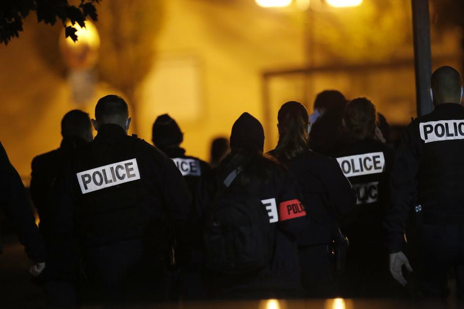 Polizisten versammeln sich vor einem Gymnasium, dem Tatort einer brutalen Attacke.