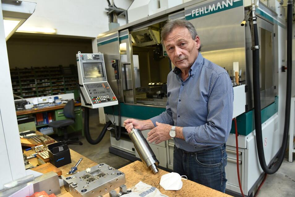 Gunther Flathe an einem seiner letzten Arbeitstage in der Werkzeugbau Winkelmühle GmbH. Zuletzt wurden Schneidwalzen für die Maskenproduktion gefertigt.