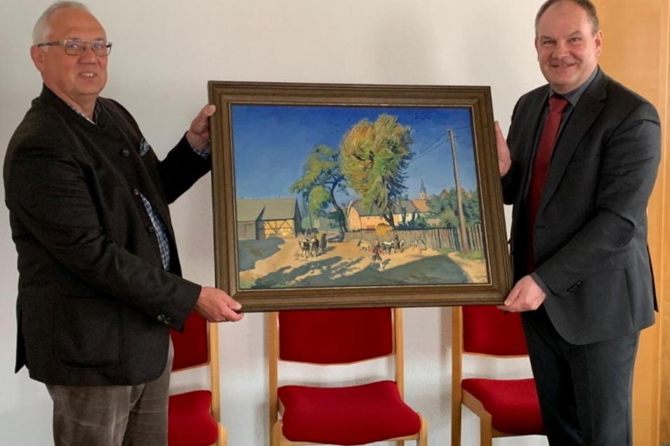 Roland Träber (l.) übergab Bilder von Otto Garten an den Elstraer Bürgermeister Frank Wachholz.