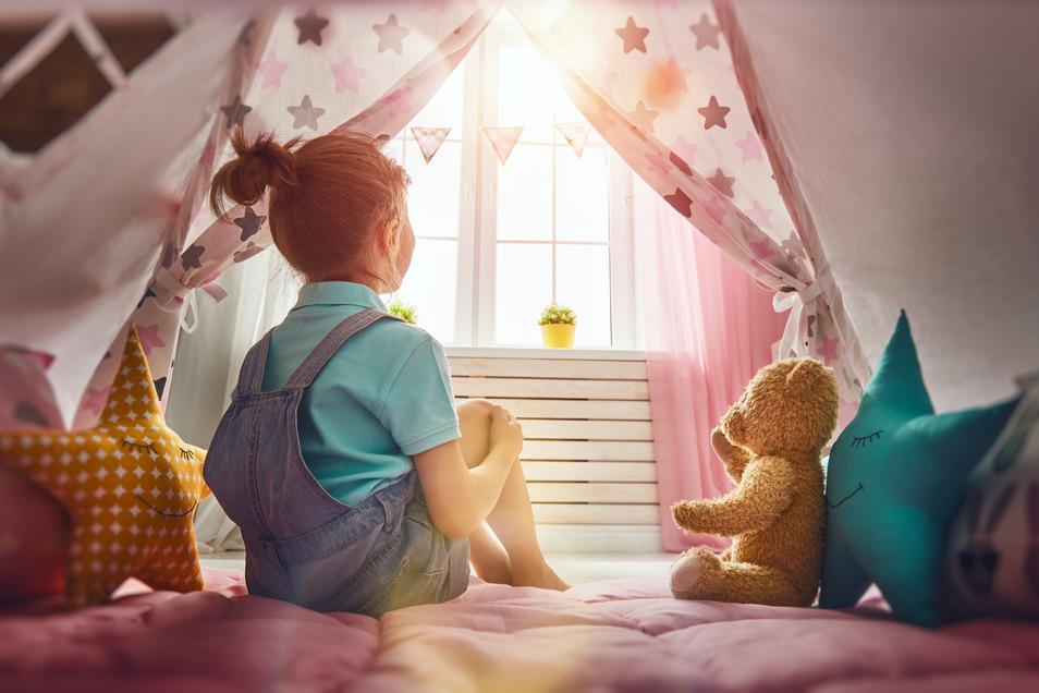 Ach Teddy, ist das nicht schön hier? Eine selbst gebaute Bude oder Kuschelhöhle ist ideal für Kinder, um zur Ruhe zu kommen.